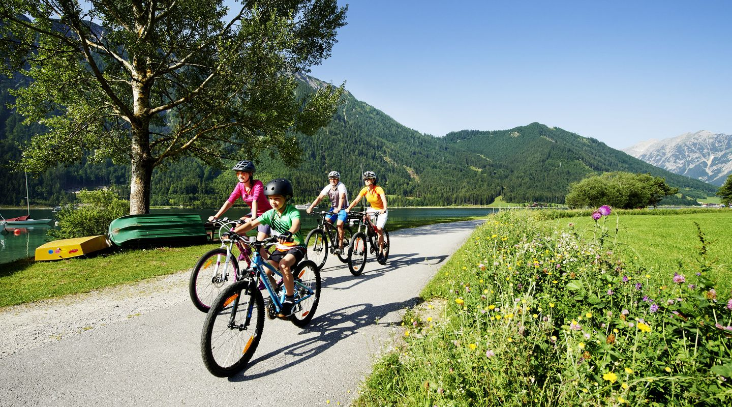 Family tour on the bike path heading towards Maurach @Achensee Tourismus